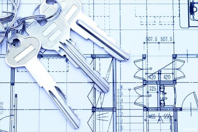 設計図と鍵のイメージ写真