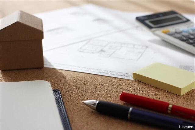 机上で住宅購入を考えるイメージ写真