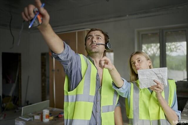職人と建築士がリフォーム箇所を検討しているイメージ