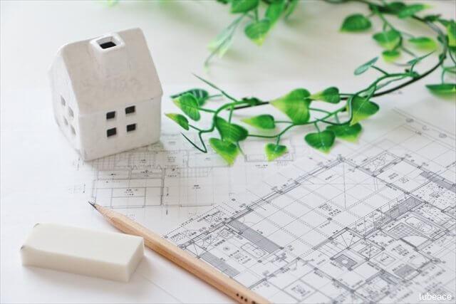 家のリフォームの設計を検討しているイメージ
